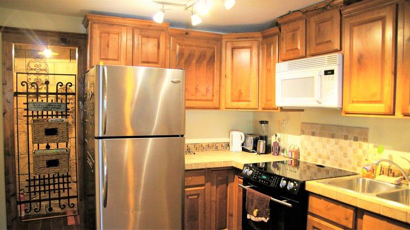 Disfrutar de la cocina completamente equipada con una estufa, lavavajillas, microondas, licuadora. Todo lo que necesitas.
