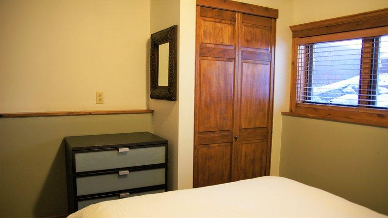 La otra visión de la principal dormitorio de la reina con el almacenamiento.