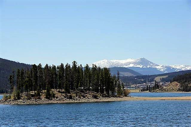 Estamos cerca de lago Dillon para practicar deportes acuáticos, ciclismo, senderismo. Breckenridge de montaña en el fondo