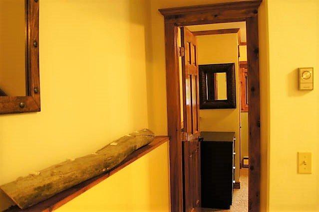 El pasillo que conduce a la habitación principal.