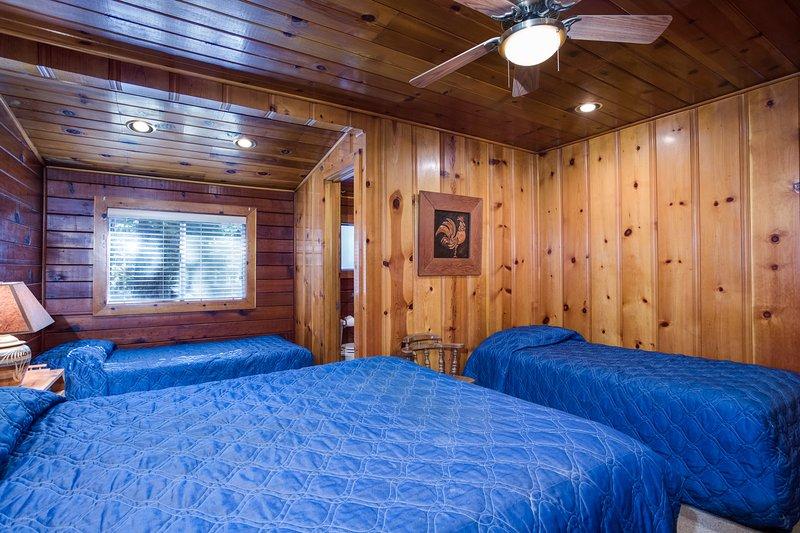 Quarto # 1 com a rainha e duas camas individuais, anexado 3/4 banheiro