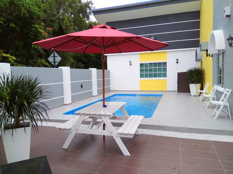 H&H 1 (Private Pool, 16 Pax), alquiler vacacional en Durian Tunggal