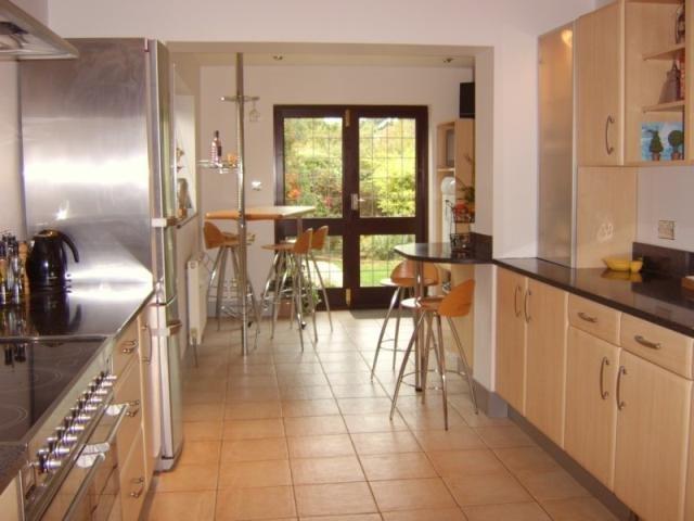 Die Küche ist hell und Neueren mit Türen zum Garten.