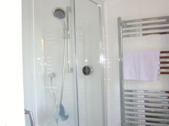 Moderne en-suite Dusche verfügt über einen geräumigen, zingy Dusche
