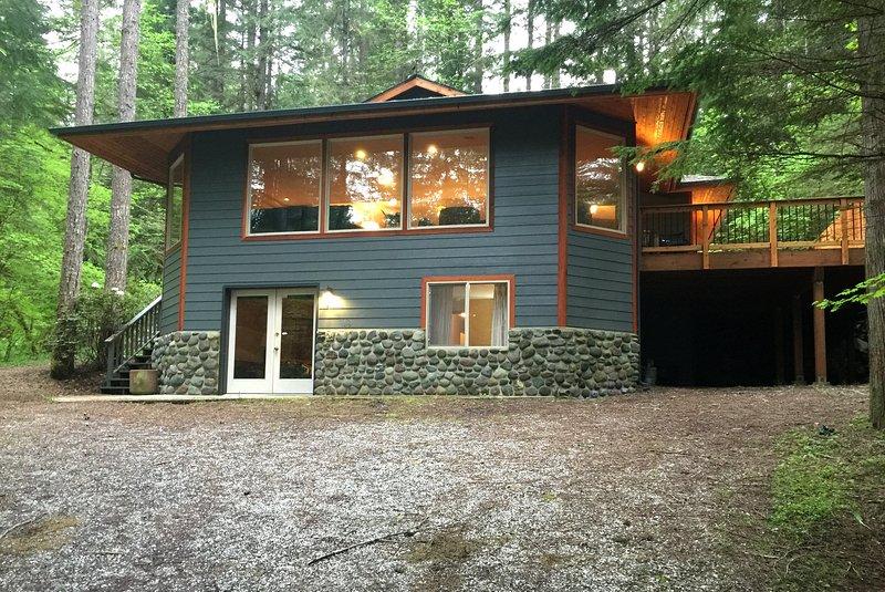 Building,Cottage,Cabin,Shelter,Yard