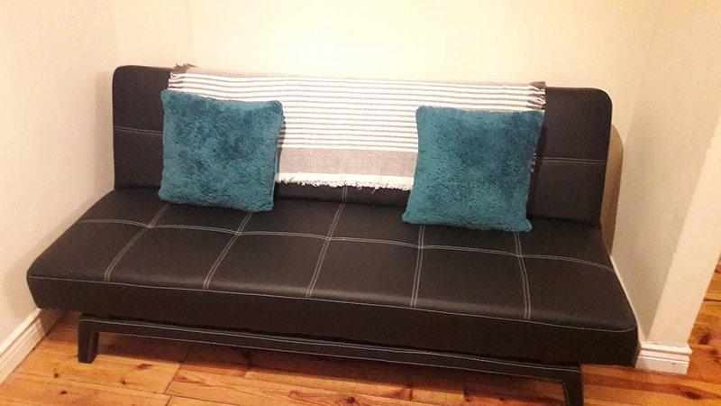 Canapé-lit confortable avec draps fournis.