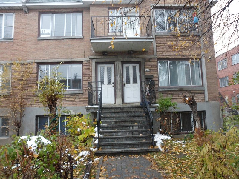 6 1/2 fully furnished upper duplex in c,d.n., holiday rental in Cote Saint-Luc
