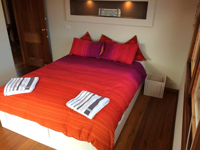 dormitorio principal con cama de matrimonio y amplio espacio de almacenamiento