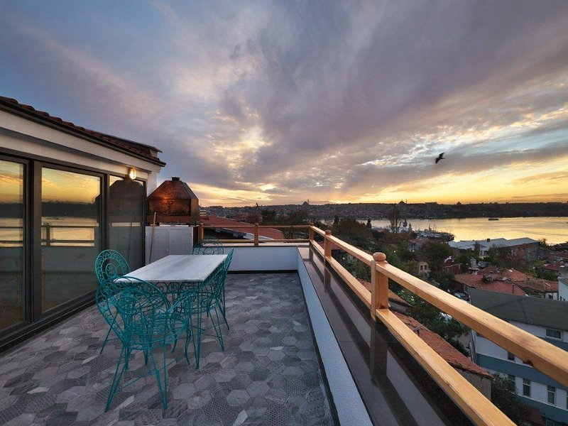 SeaView-Roof Terrace-Historical-450m to Galata/Istiklal-Next to Sishane Metro, holiday rental in Istanbul