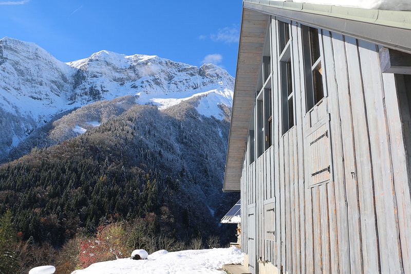 Mystic Marmot: An isolated off-the-grid eco chalet in the Alps, location de vacances à Faverges