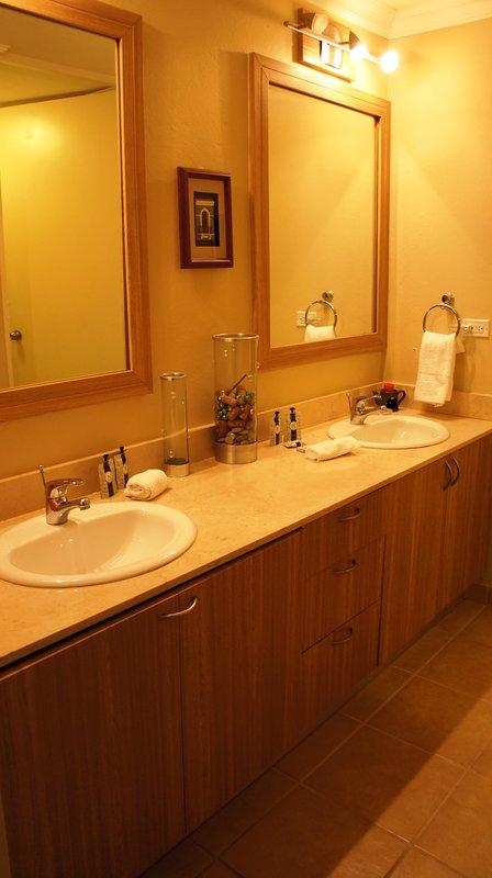 Ensuite bedroom sinks