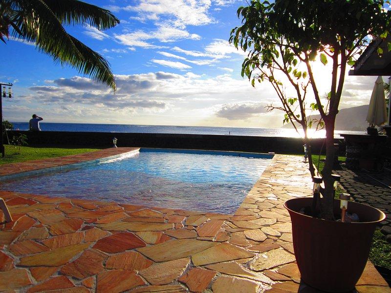 Notre magnifique piscine avec la vue imprenable sur l'océan à droite sur Tahiti Surf Beach. C'est adorable.