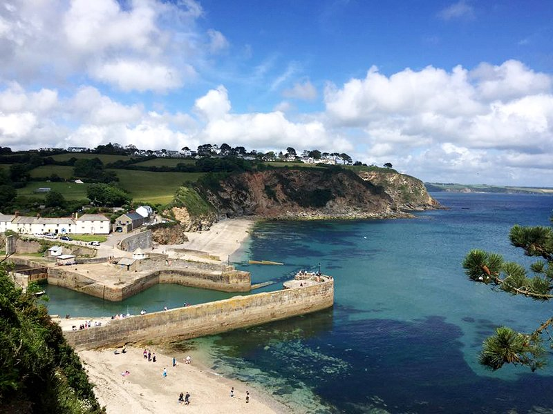 Luxurious Beach Front Cottage in Charlestown Cornwall with Hot Tub & Log Burner, holiday rental in Charlestown