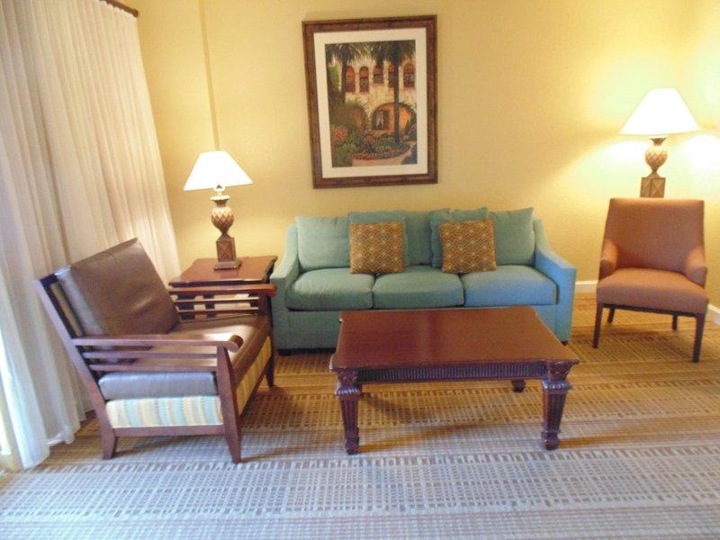 habitación con sofá cama viviente. Diseño y la decoración pueden variar.