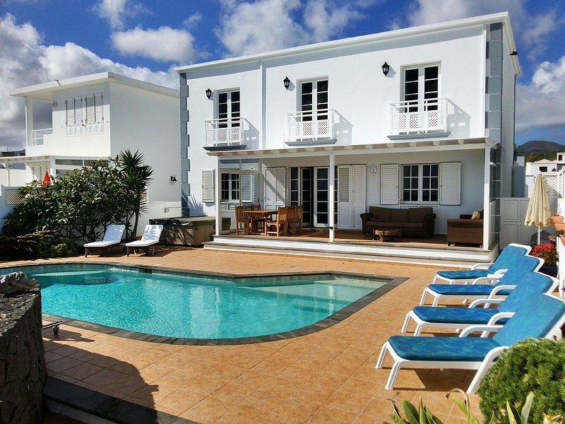 Frente da casa e piscina
