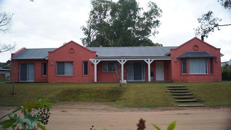 Casa en La Barra, Punta del Este, amplia, grandes ventanales, verano e invierno, alquiler de vacaciones en La Barra