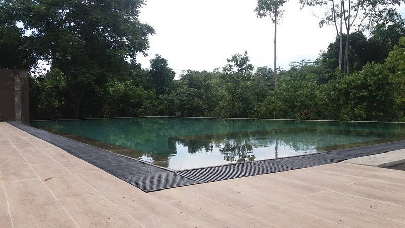 Luxury hotel rooms at country side with infinity swimming pool., holiday rental in Hikkaduwa