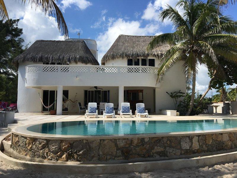 gran casa familiar frente a la playa privada con AC / WiFi