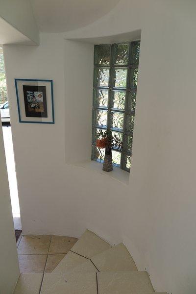 La surface habitable de la maison est située au deuxième étage, accessible par un escalier
