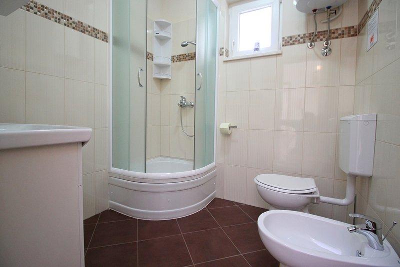 Salle de bains avec WC, bidet et douche dans AP1