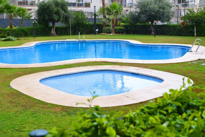 el acceso libre durante todo el año para los niños piscinas comunitarias y adultos.