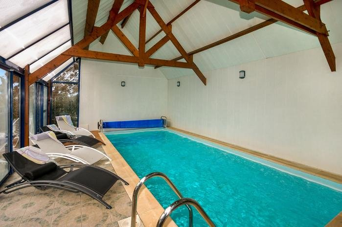 Privada piscina cubierta climatizada.