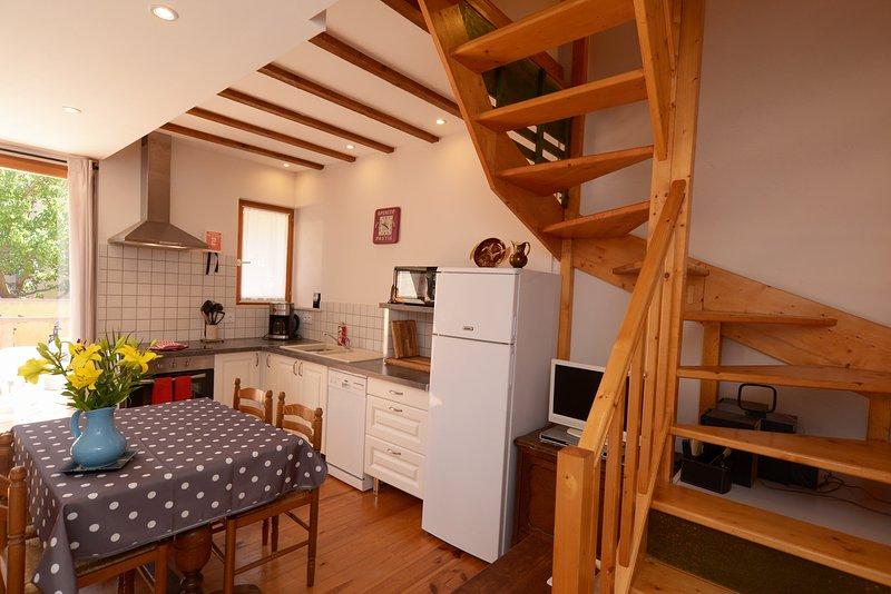 cozinha bem equipada com fogão de tamanho completo e máquina de lavar louça