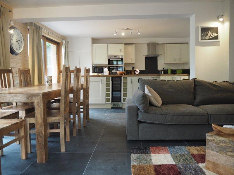 Les sièges plats 8 dans les deux sièges confortables et salle à manger. La cuisine et le salon sont à aire ouverte.