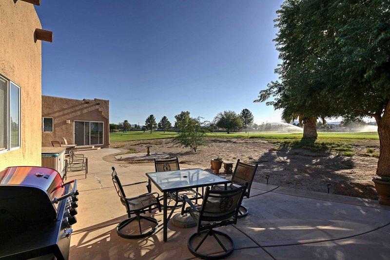 Cocinar un poco sabrosa barbacoa y disfrutar de un almuerzo al aire libre en el patio privado.