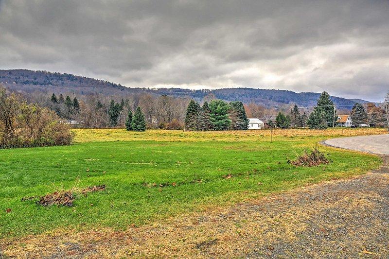 Situato su un terreno di vibrante erba verde con uno sfondo di montagna maestosa, questa casa offre il luogo perfetto per rilassarsi in mezzo alla natura belle.