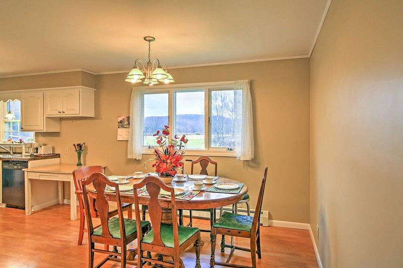 Raccogliere intorno al tavolo da pranzo per assaporare ogni boccone di gustosi i vostri pasti cucinati in casa.