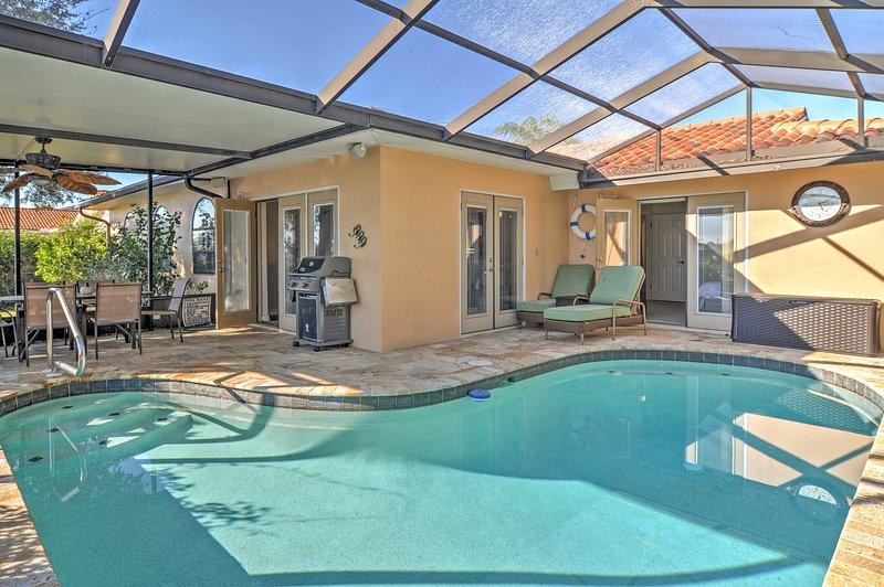 Mirar hacia adelante a refrescantes baños en la piscina privada.
