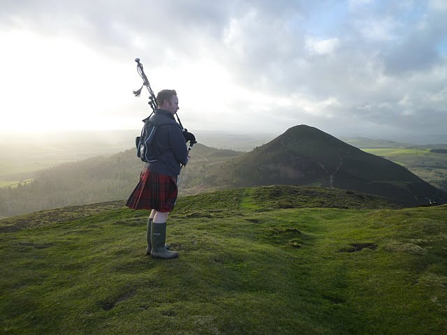 Las tuberías del Año Nuevo - parte superior de las colinas de Eildon