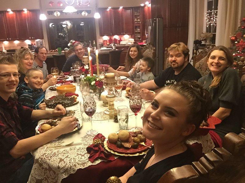 Reunidos alrededor de la mesa para una fiesta
