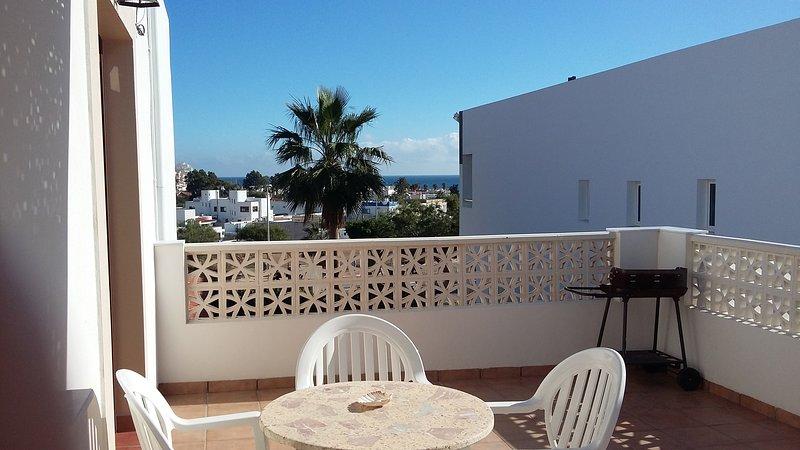 Terraza techada con vistas al mar y barbacoa