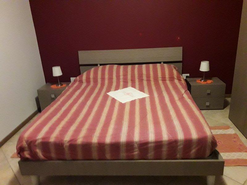 De slaapkamer met tweepersoonsbed