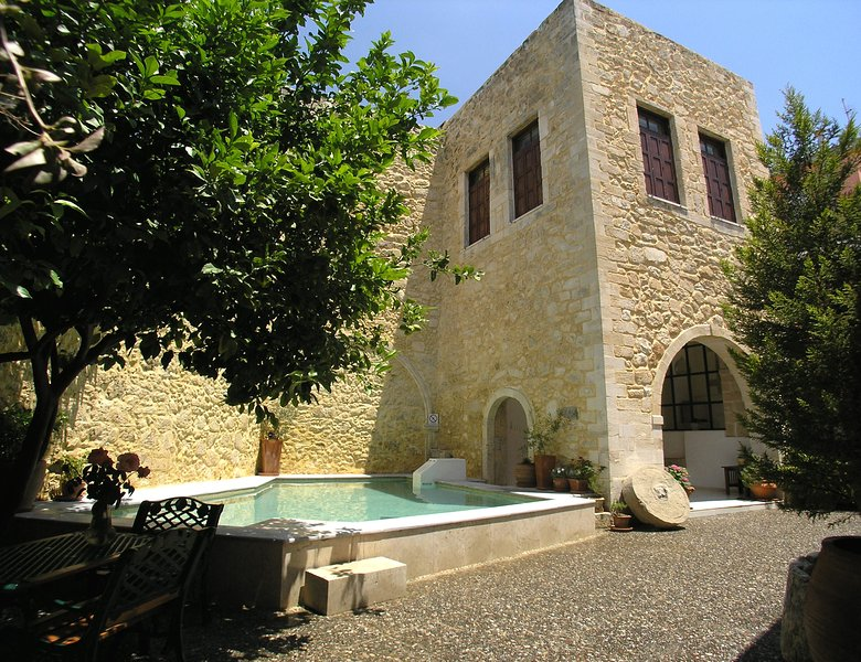 Venetian castle 15th Century, heated pool (owner Booking), location de vacances à Réthymnon