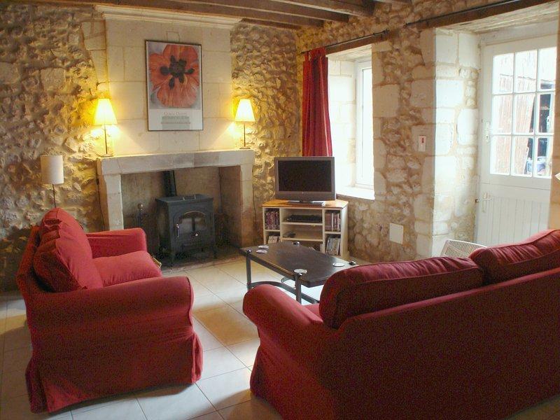 cómodos sofás, una estufa de leña de trabajo y el Reino Unido y la televisión francesa.