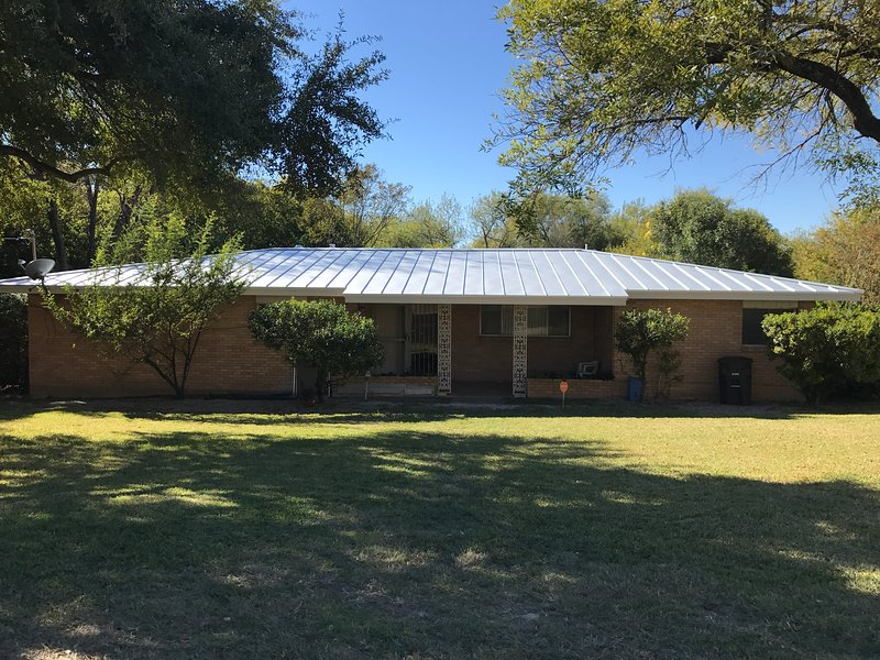 The Bright Home on Sunshine, 1.5acre lot, surrounded by trees, centrally located, holiday rental in San Antonio