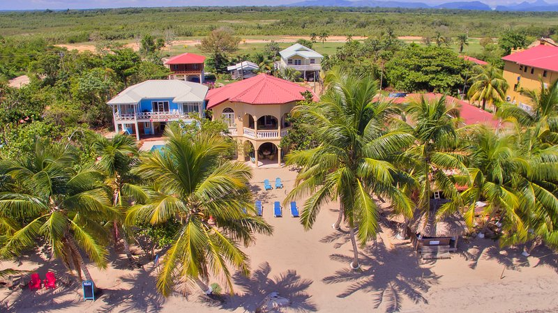 Gold Standard Upstairs Suite at Blue Parrot Beach House – semesterbostad i Dangriga
