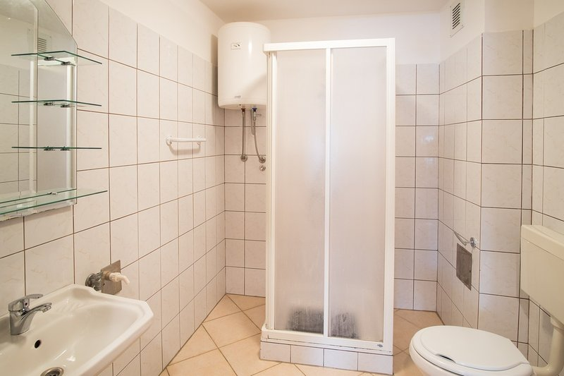 A1 (4+2): bathroom with toilet