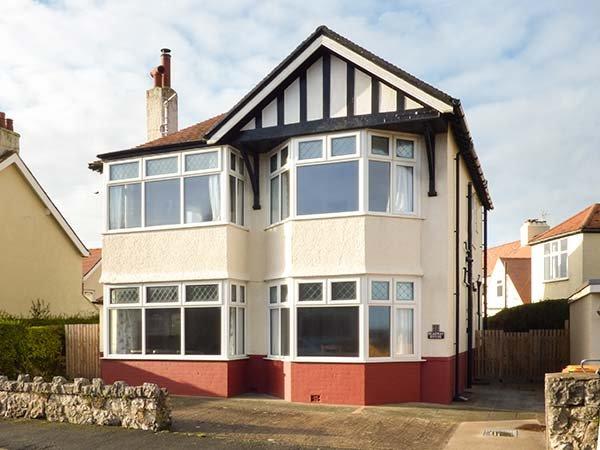 MEADWAY HOUSE, detached, woodburner, en-suites, games room, WiFi, enclosed, location de vacances à Rhos-on-Sea