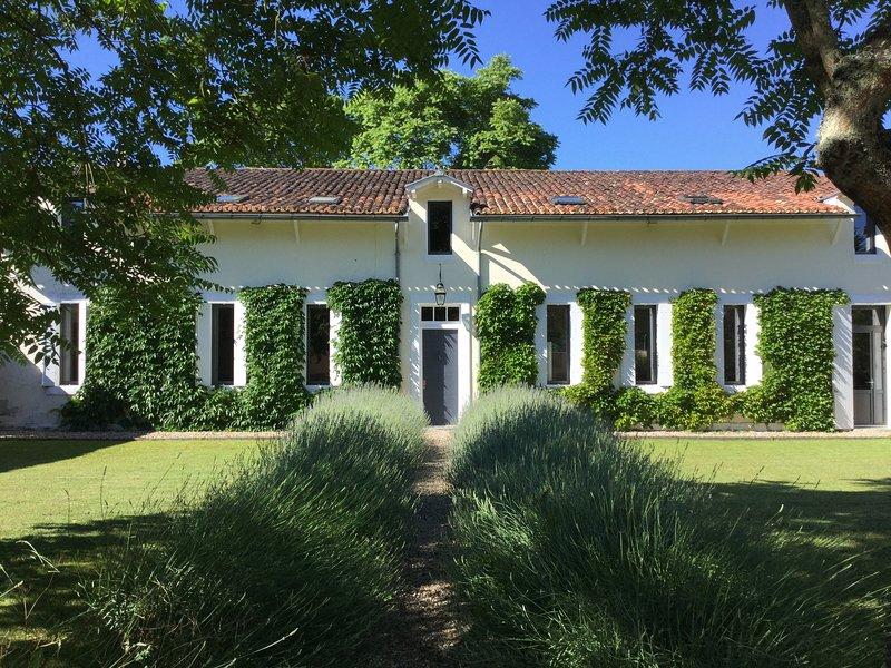 Large family house, 6 bd, private Pool, Fabulous Terrace,15 mins Saint Emilion., holiday rental in Saint Martin de Coux