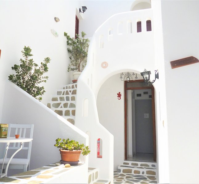 Cosy studio 2 people at Parikia, 150 meters from the beach of Livadia, holiday rental in Pounta