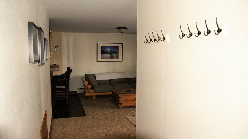 Que conduce de nuevo a partir de los dormitorios en el salón, hay filas de ganchos para almacenar sus abrigos / engranajes.