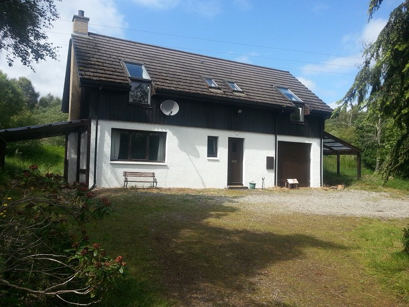 Woodland cottage close to Loch Ness. Warm, cosy, 2 bedrooms, 2 bathrooms. Dogs welcome. Green energy