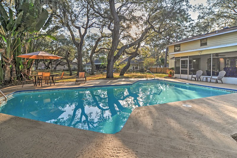A tranquil oasis awaits you at this lovely Largo vacation rental home.