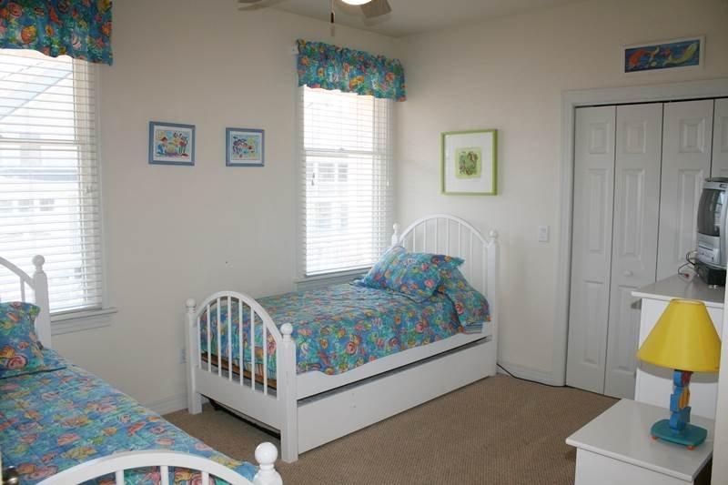Crib,Furniture,Bed,Bedroom,Lamp