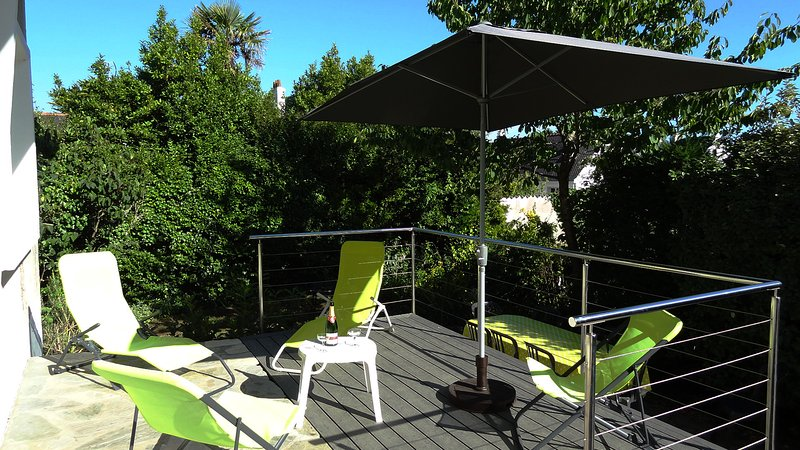 Bungalow, not overlooked, facing south: ideal for aperitif, lunch, coffee ..