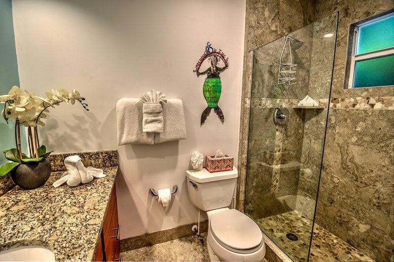 Badrum för sovrum 1. Varje rum har ett eget badrum med dusch.